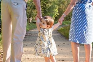 Fillette avec ses grands-parents